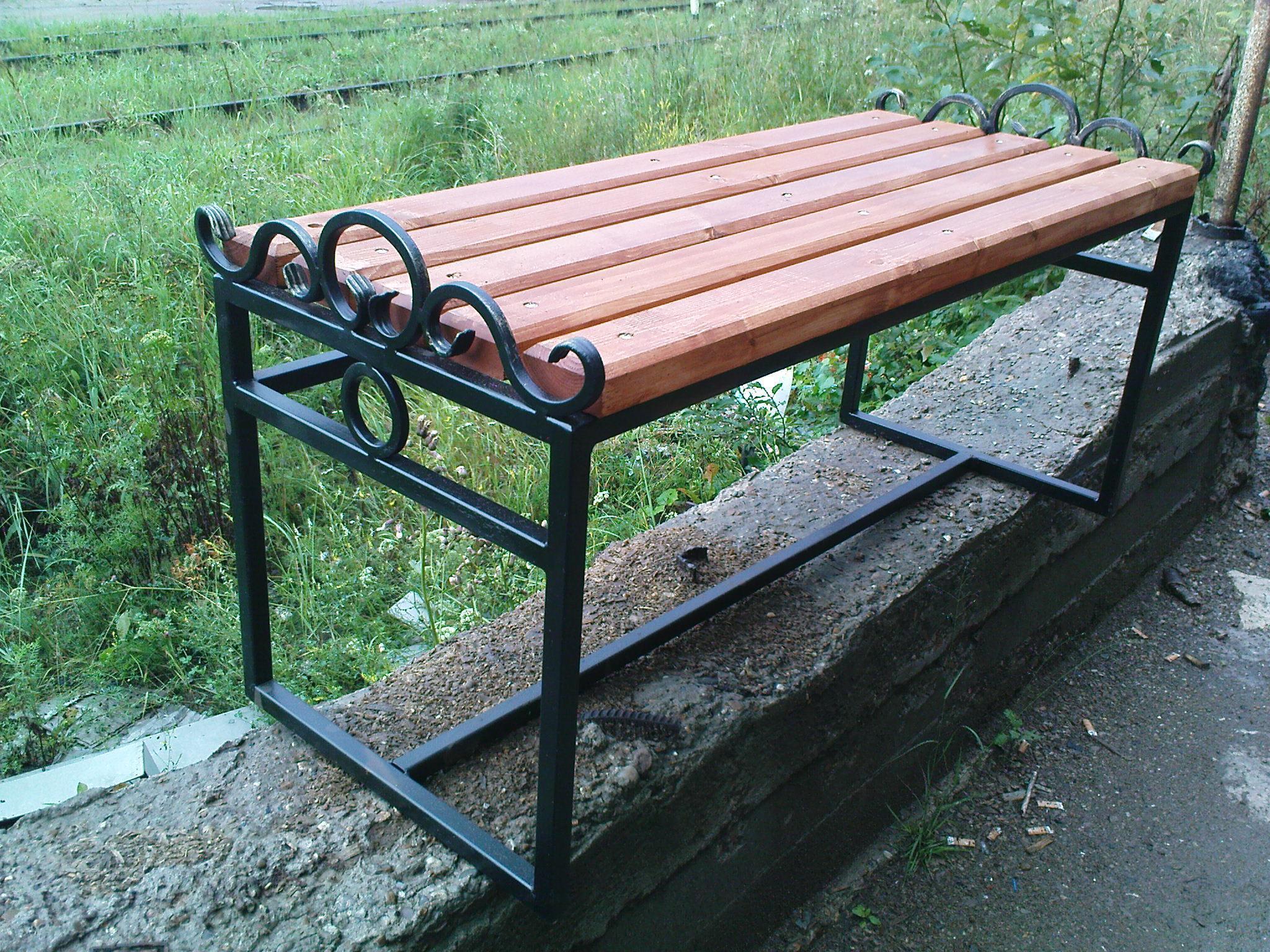 самодельные металлическая скамья фото находится самом берегу