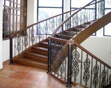 Кованое ограждение деревянной лестницы
